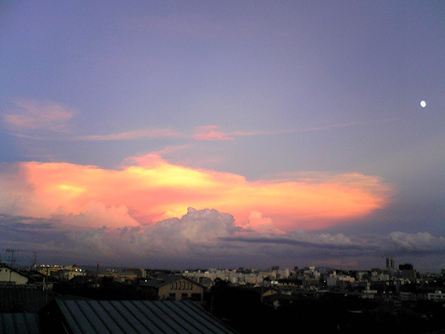 夕焼けに染まる雷雲と月